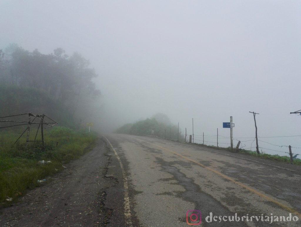 Carretera Mae Hong Son con niebla