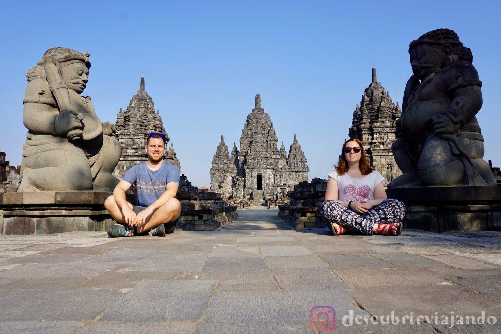 Sentados en templo Sewu